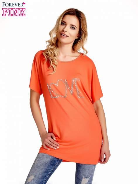 Koralowy t-shirt z biżuteryjnym napisem LOVE                                  zdj.                                  1
