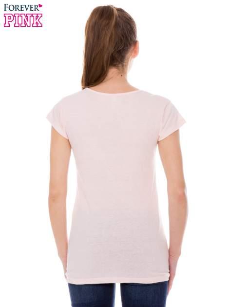 Koralowy t-shirt z dziewczęcym nadrukiem ROUGH DENIM                                  zdj.                                  3