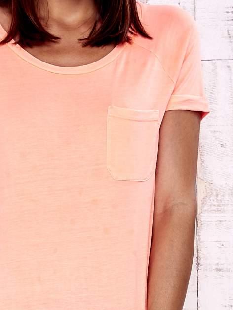 Koralowy t-shirt z kieszonką                                  zdj.                                  6