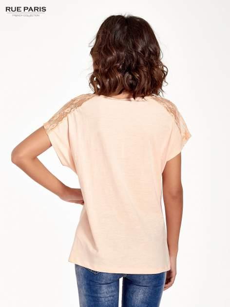 Koralowy t-shirt z koronkową aplikacją na górze                                  zdj.                                  4