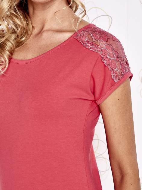 Koralowy t-shirt z koronkowym wykończeniem rękawów                                  zdj.                                  5