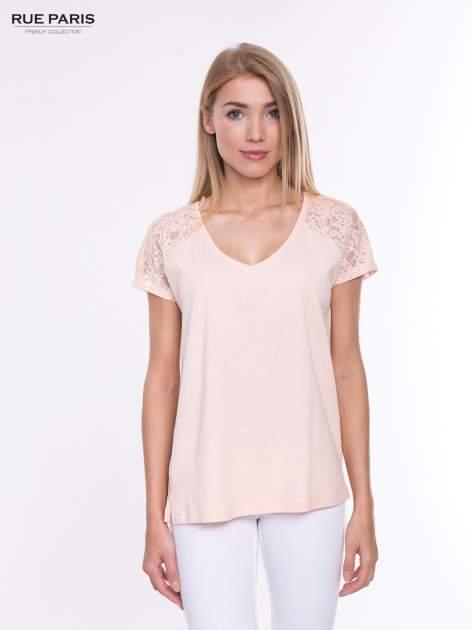 Koralowy t-shirt z koronkowymi rękawami i szyfonowym tyłem                                  zdj.                                  1