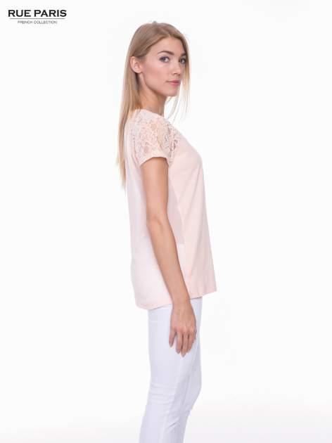 Koralowy t-shirt z koronkowymi rękawami i szyfonowym tyłem                                  zdj.                                  2
