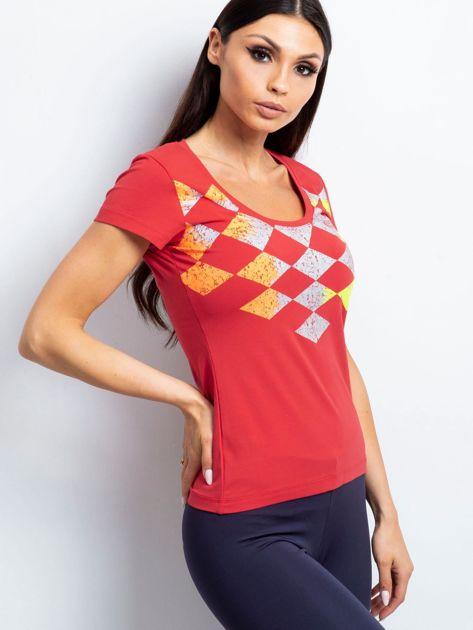 Koralowy t-shirt z nadrukiem kolorowych rombów