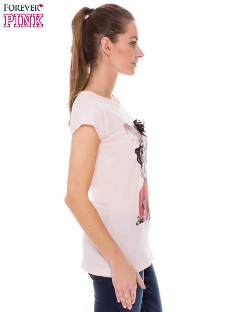 Koralowy t-shirt z nadrukiem kotki w nerdach                                  zdj.                                  2