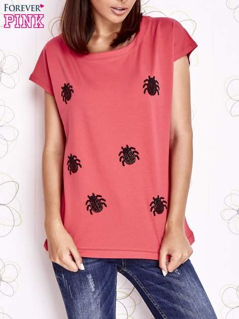 Koralowy t-shirt z nadrukiem owadów