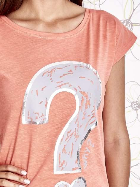 Koralowy t-shirt z nadrukiem znaku zapytania                                  zdj.                                  5