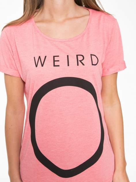 Koralowy t-shirt z napisem WEIRD                                  zdj.                                  10