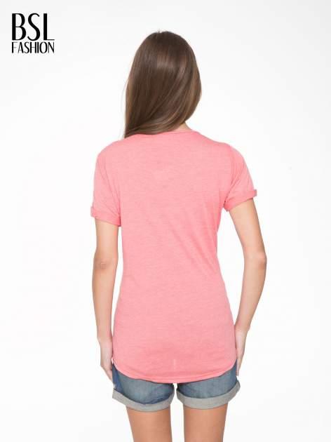 Koralowy t-shirt z napisem WEIRD                                  zdj.                                  4