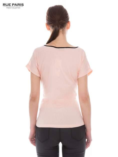 Koralowy t-shirt z siateczkową górą i kontrastową lamówką                                  zdj.                                  3