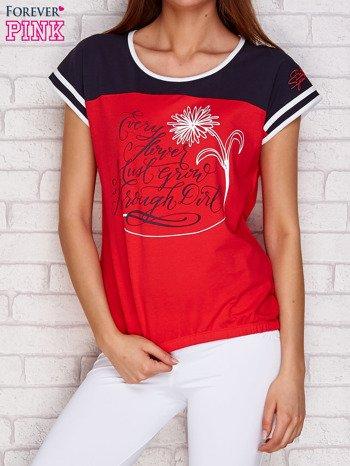 Koralowy t-shirt z tekstowym nadrukiem                               zdj.                              1