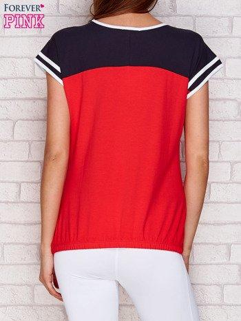 Koralowy t-shirt z tekstowym nadrukiem                               zdj.                              2