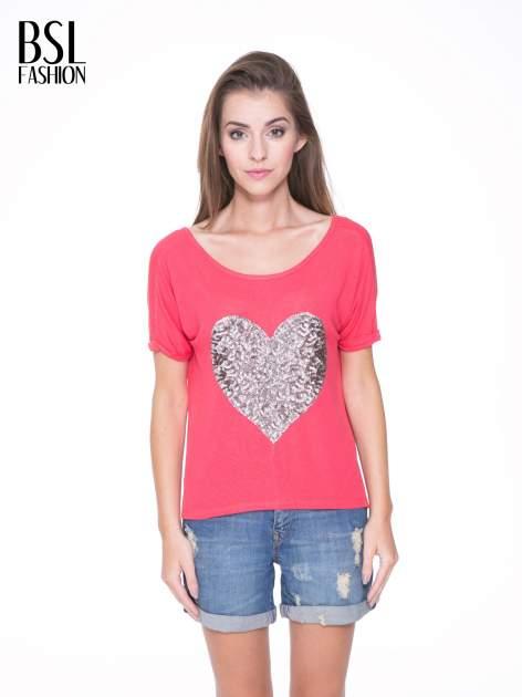 Koralowy t-shirt ze srebrnym sercem z cekinów
