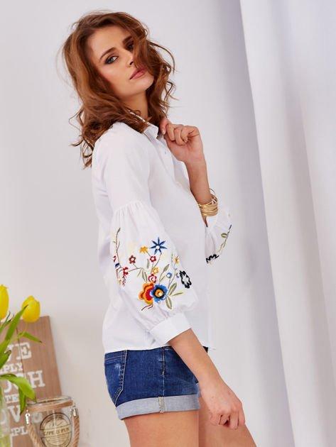 Koszula biała z haftowanymi rękawami                              zdj.                              6