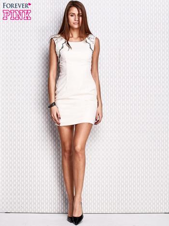 Kremowa dopasowana sukienka z koronkowymi wstawkami                                  zdj.                                  4