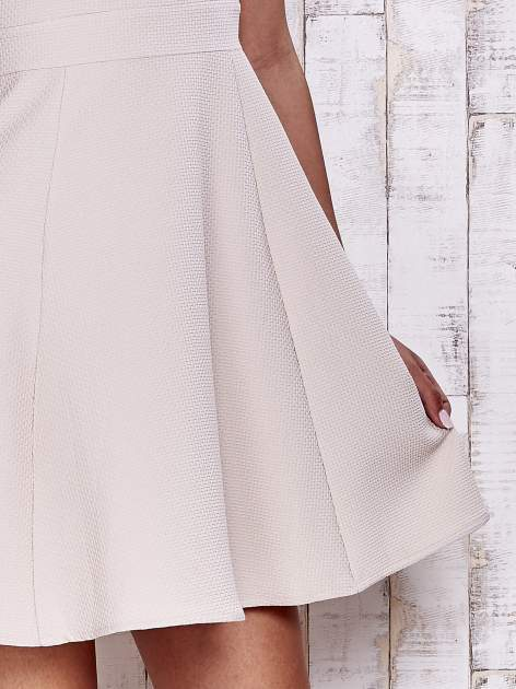 Kremowa fakturowana rozkloszowana sukienka                                  zdj.                                  7