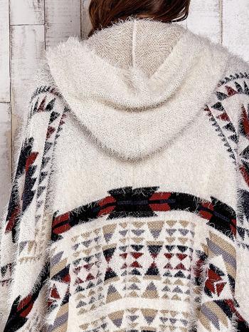 Kremowa narzutka poncho w azteckie wzory                                  zdj.                                  11