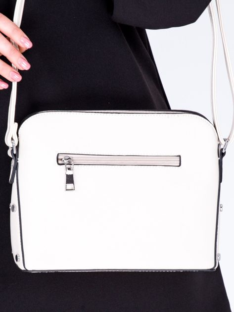 Kremowa torebka listonoszka z bocznymi ćwiekami                              zdj.                              3