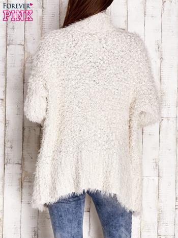 Kremowy asymetryczny sweter z szerokim kołnierzem                              zdj.                              2