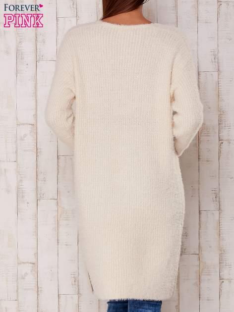 Kremowy długi puszysty sweter                                  zdj.                                  4