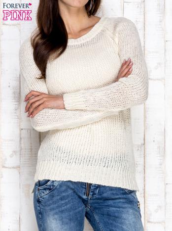 Kremowy dzianinowy sweter o szerokim splocie                                  zdj.                                  1