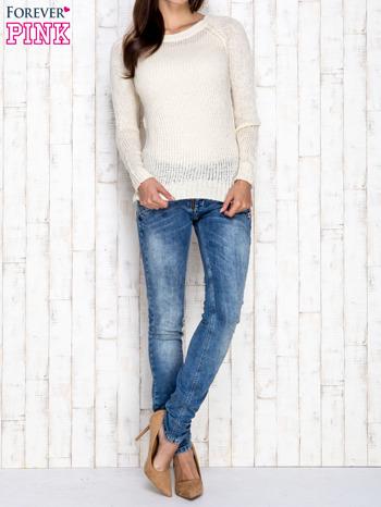 Kremowy dzianinowy sweter o szerokim splocie                                  zdj.                                  2