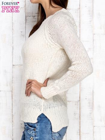 Kremowy dzianinowy sweter o szerokim splocie                                  zdj.                                  3