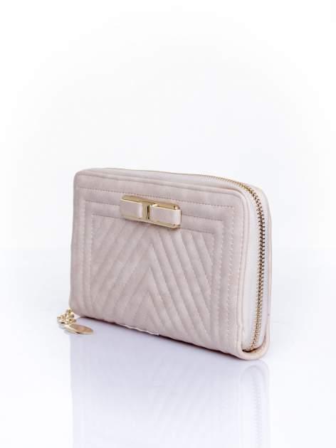 Kremowy pikowany portfel z ozdobną klamerką                                  zdj.                                  3
