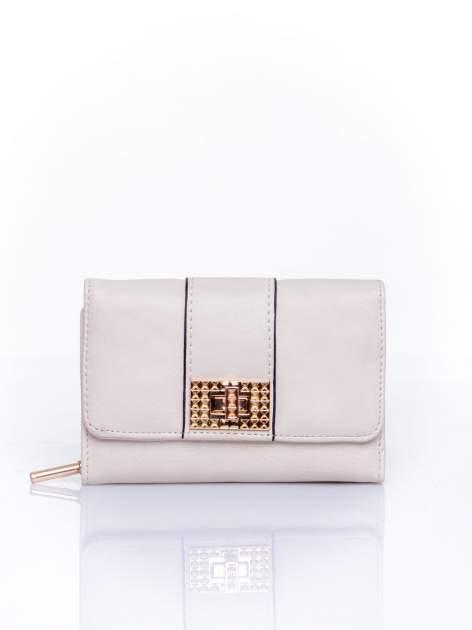 Kremowy portfel z ozdobnym zapięciem