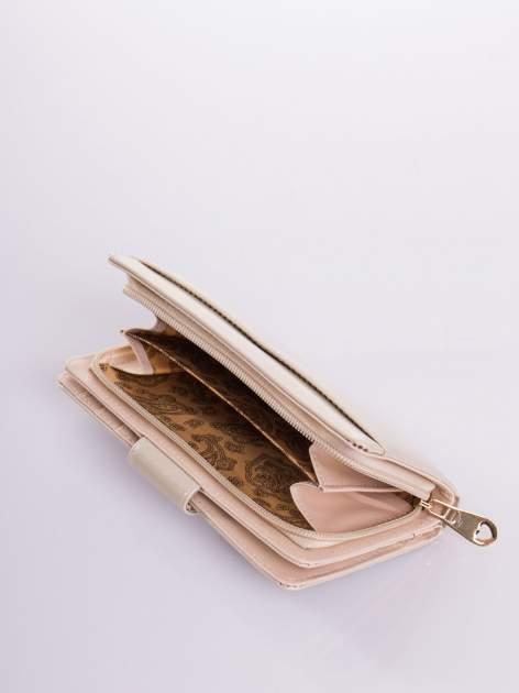 Kremowy portfel ze złotym zapięciem efekt skóry saffiano                                  zdj.                                  5
