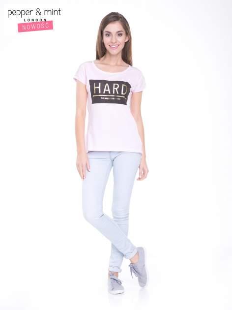 Liliowy t-shirt z metalicznym nadrukiem HARD i koronkową wstawką z tyłu                                  zdj.                                  5