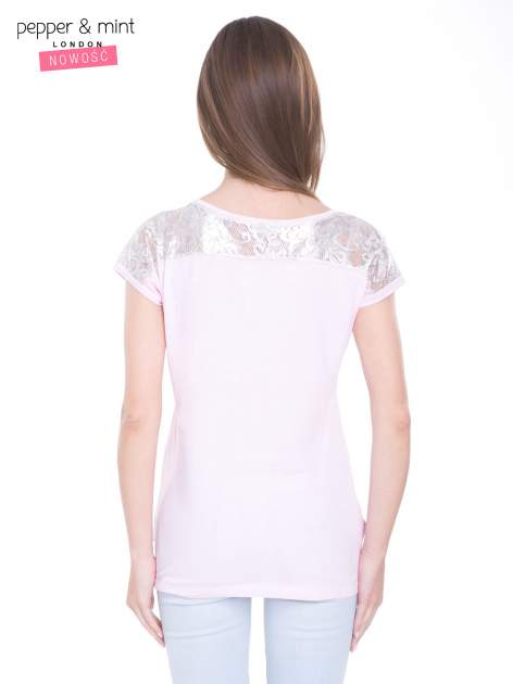Liliowy t-shirt z metalicznym nadrukiem HARD i koronkową wstawką z tyłu                                  zdj.                                  4