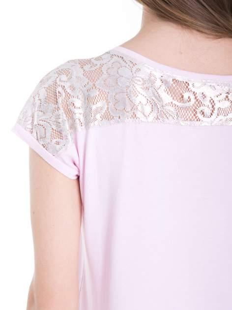 Liliowy t-shirt z metalicznym nadrukiem HARD i koronkową wstawką z tyłu                                  zdj.                                  9