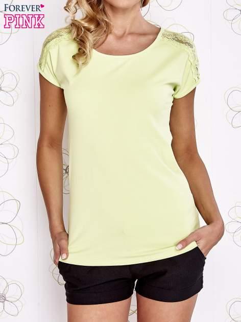 Limonkowy t-shirt z koronkowym wykończeniem rękawów                                  zdj.                                  1