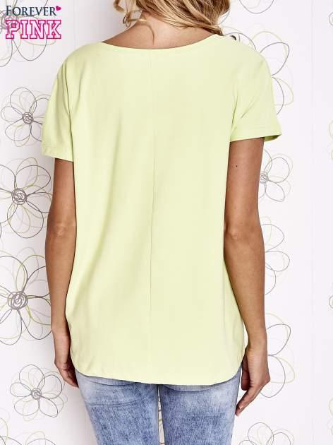 Limonkowy t-shirt z ozdobnym napisem i kokardą                                  zdj.                                  2