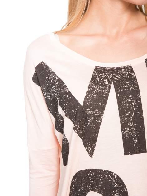 Łososiowa bluzka z dużym napisem MUSE                                  zdj.                                  6