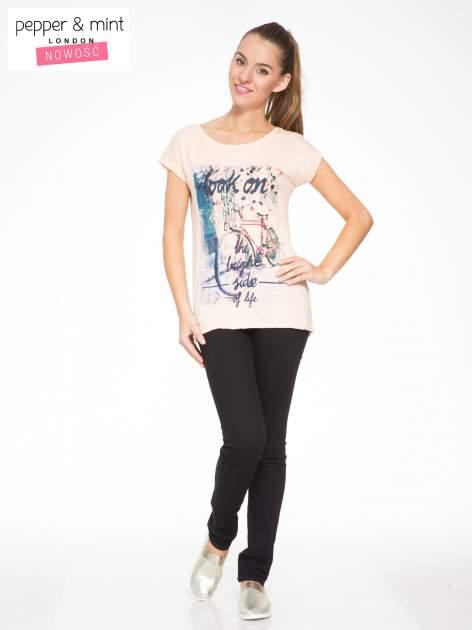 Łososiowy t-shirt z nadrukiem roweru                                  zdj.                                  4