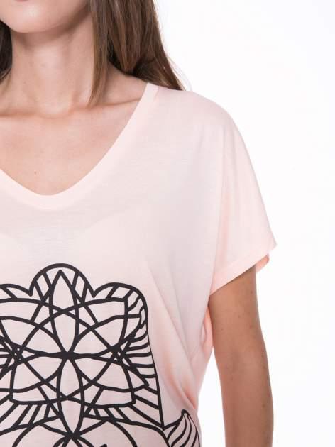 Łososiowy t-shirt z ornamentowym nadrukiem                                  zdj.                                  6