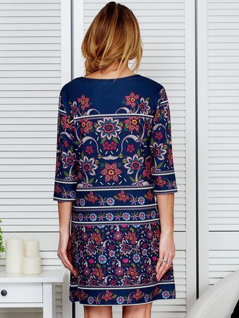 Luźna sukienka oversize w kwiaty granatowa                              zdj.                              2