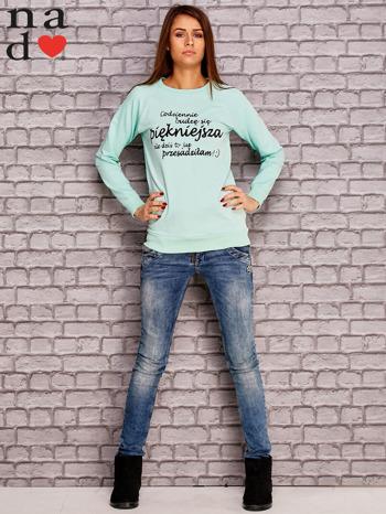 Miętowa bluza z napisem CODZIENNIE BUDZĘ SIĘ PIĘKNIEJSZA                                  zdj.                                  2