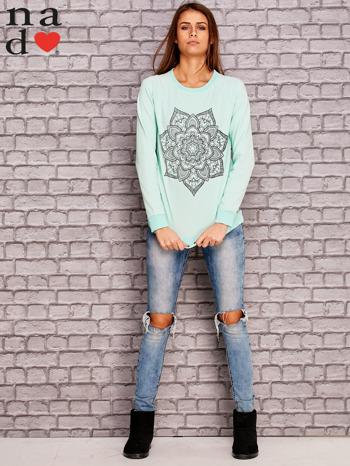 Miętowa bluza z ornamentowym nadrukiem                                  zdj.                                  2