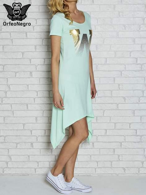 Miętowa sukienka z asymetrycznymi bokami i złotą literą W                                  zdj.                                  3