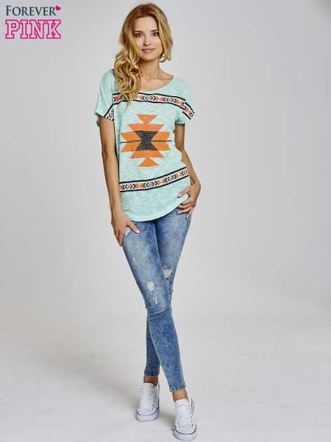 Miętowy t-shirt we wzory azteckie z dżetami                                  zdj.                                  2