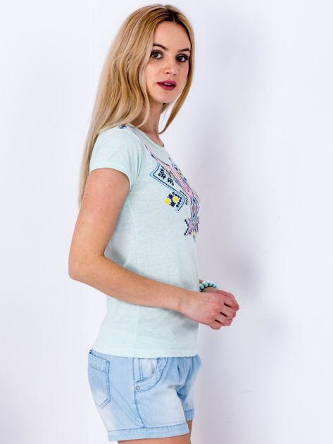 Miętowy t-shirt z etnicznym printem                              zdj.                              3