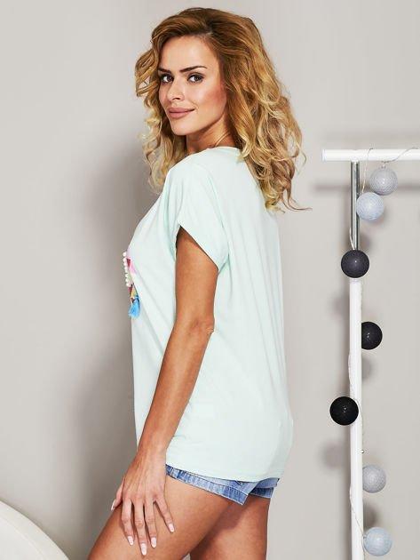Miętowy t-shirt z koralikową aplikacją                              zdj.                              5