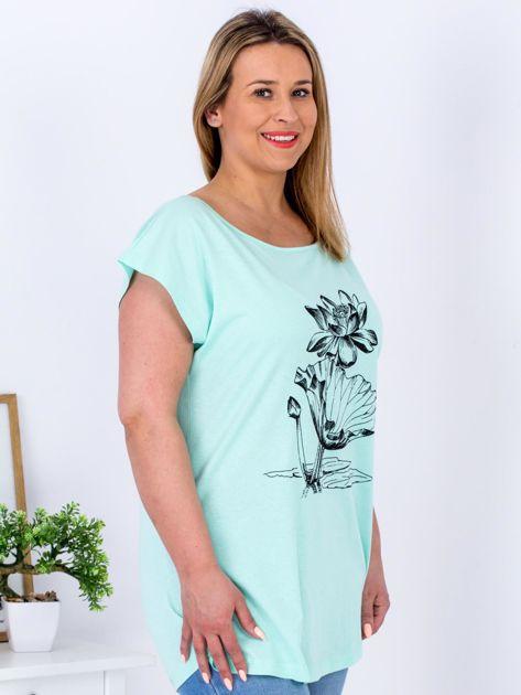 Miętowy t-shirt z motywem roślinnym PLUS SIZE                                  zdj.                                  3