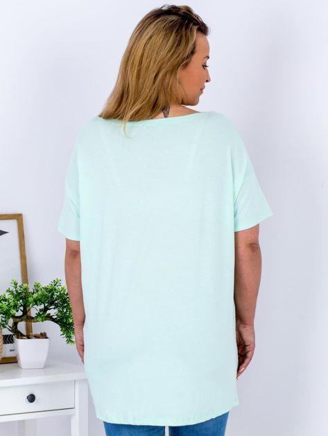 Miętowy t-shirt z nadrukiem naszywek PLUS SIZE                                  zdj.                                  2