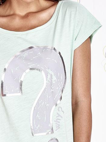 Miętowy t-shirt z nadrukiem znaku zapytania                                  zdj.                                  5