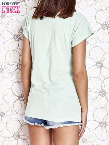 Miętowy t-shirt z nadrukiem znaku zapytania                                  zdj.                                  4
