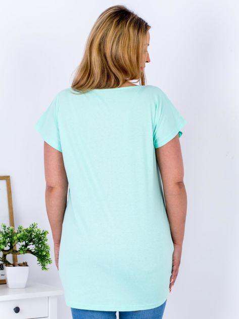 Miętowy t-shirt z roślinnym motywem PLUS SIZE                              zdj.                              2